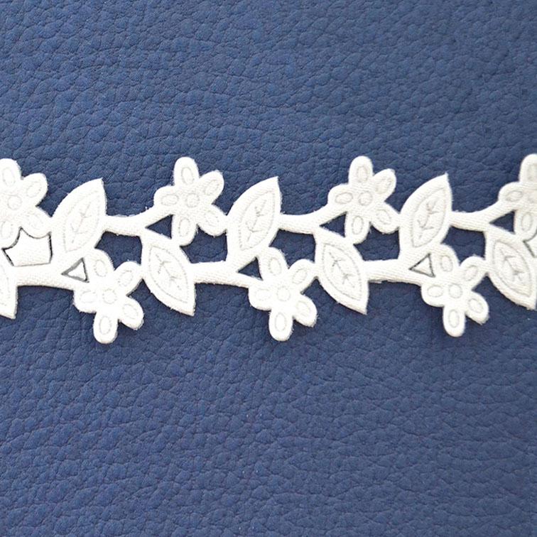 Декоративная лента с выбитым рисунком 2 см белая (1 метр)